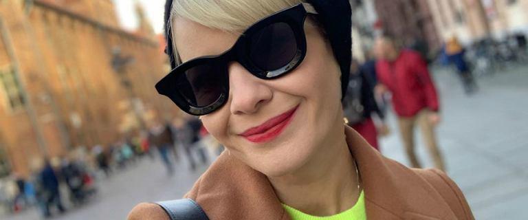 Małgorzata Kożuchowska spędza czas w Toruniu. Zaskoczyła fanki połączniem neonowej bluzy z brązowym płaszczem. Nam się podoba!