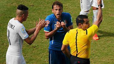 Claudio Marchisio dostaje czerwoną kartkę w meczu Włochy - Urugwaj