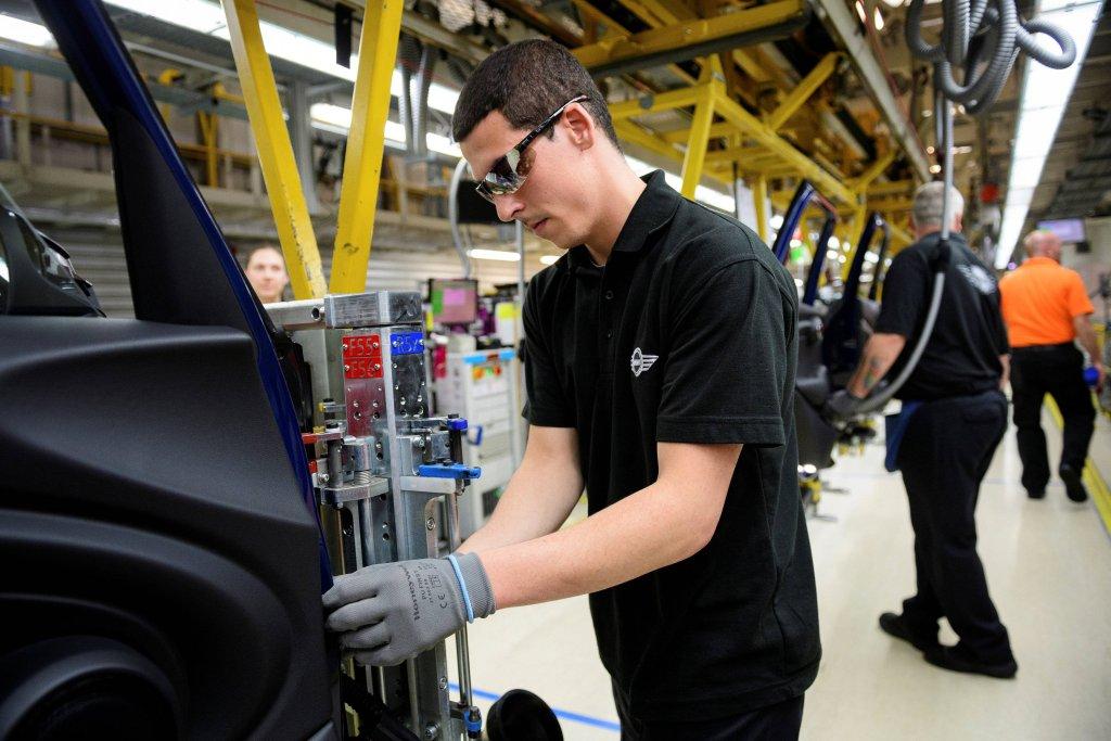 Pracownik fabryki samochodów w Wielkiej Brytanii