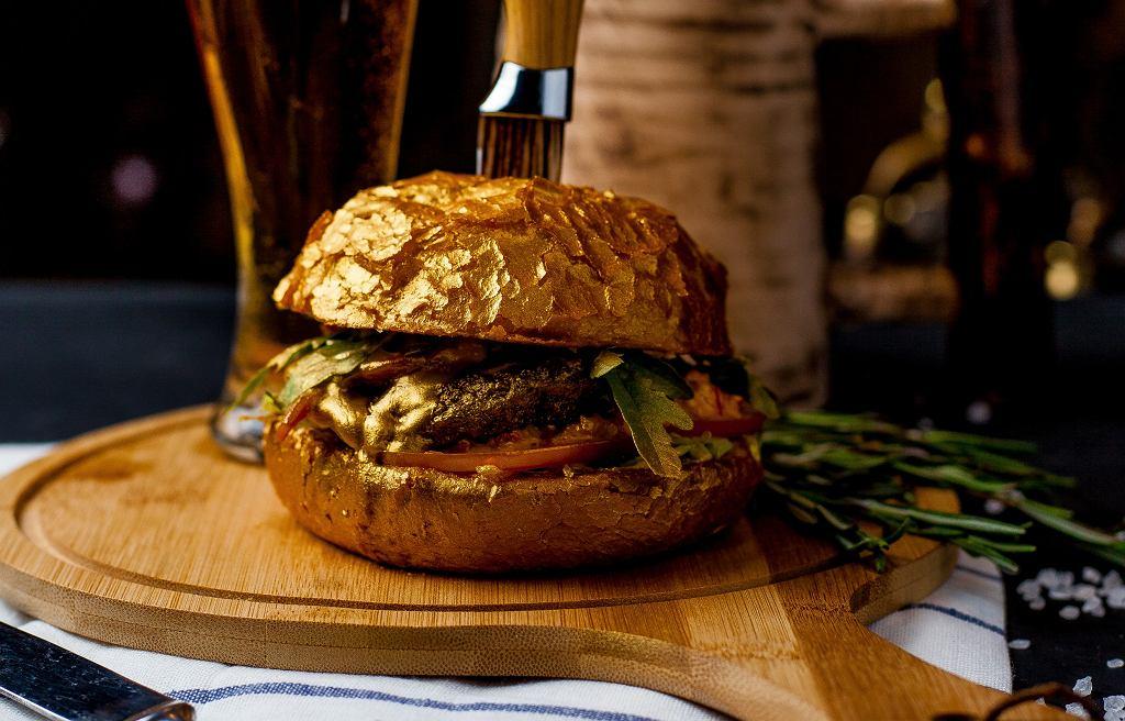 Restauratorzy robią, co mogą, by powrócić na tory. W Kolumbii podają burgery oblane złotem