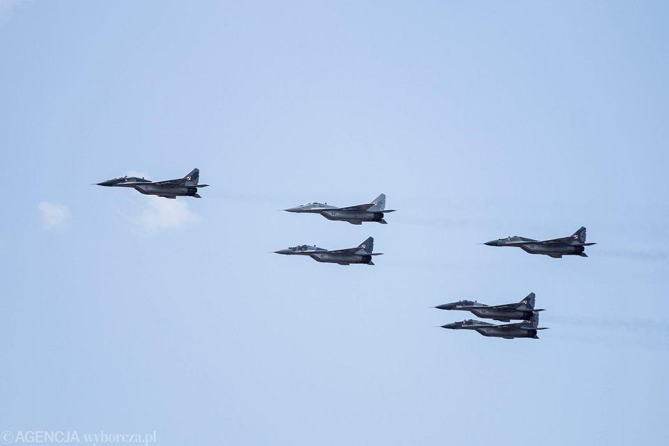 Samoloty MiG-29 Polskich Sił Powietrznych. W środku, niżej 'czerwona 40' myśliwiec, który uległ katastrofie 4 marca 2019. Na zdjęciu: przelot - defilada z okazji Święta Wojska Polskiego. Warszawa, 15 sierpnia 2017