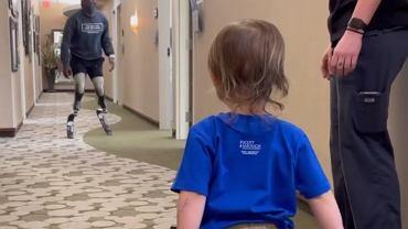 Dwulatek z protezą nogi zainspirował się paraolimpijczykiem