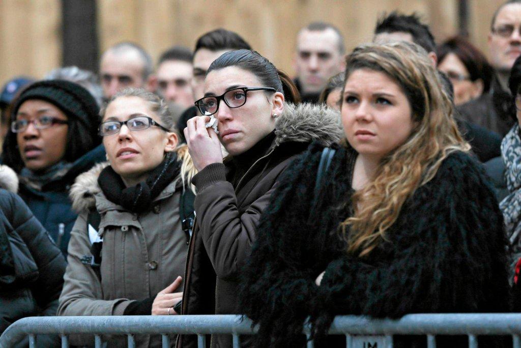 Mieszkańcy Paryża oddają hołd funkcjonariuszom zabitym w atakach terrorystycznych