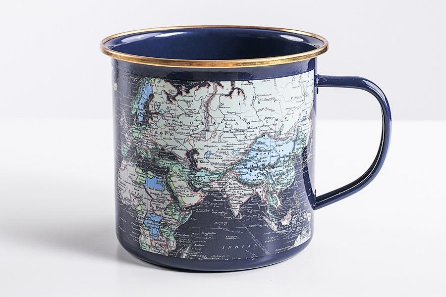 Metalowy kubek pokryty emalią z mapą świata