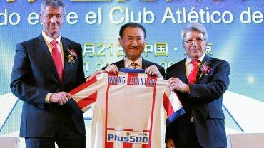 Miguel Angel Gil, Jianlin Wang (szef Dalian Wanda) i Enrique Cerezo. Chińczycy kupili 20 procent akcji Atletico Madryt