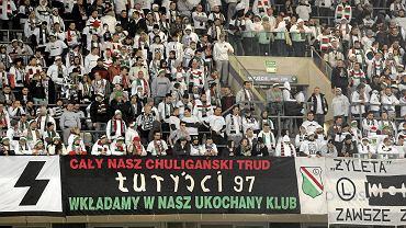 """""""Żyleta"""". Z lewej strony część flagi """"Wild Boys"""" z widoczną literą """"s""""."""