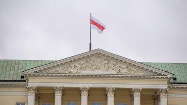 Flaga białoruskiej opozycji wciągnięta została na maszt na warszawskim ratuszu