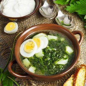 Zupa szczawiowo-pokrzywowa zjajkiem i ziemniakami