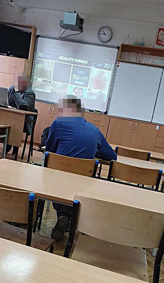 Nauczyciel przypadkiem wyświetlił stronę pornograficzną podczas lekcji.