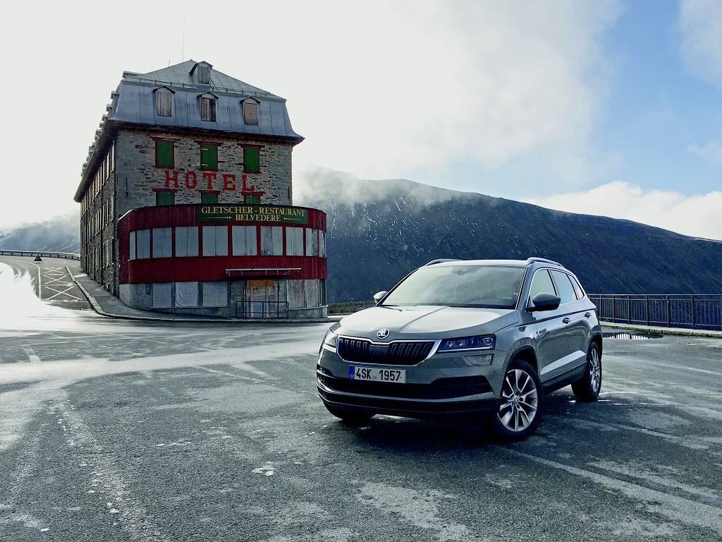 Do słynnego hotelu Belvéd?re niełatwo się dostać, ale kręta alpejska trasa to sama przyjemność. Można poczuć się jak Bond w 1964 r.!