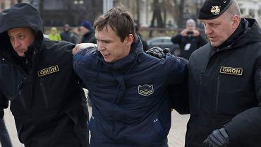 Mińsk, Białoruś 26 marca 2017. - Jest mi wstyd za prezydenta Łukaszenkę, za nasze państwo i naród, który władza wczoraj zhańbiła - emocjonalnie tłumaczył swój udział w antyrządowej demonstracji jeden z jej uczestników.