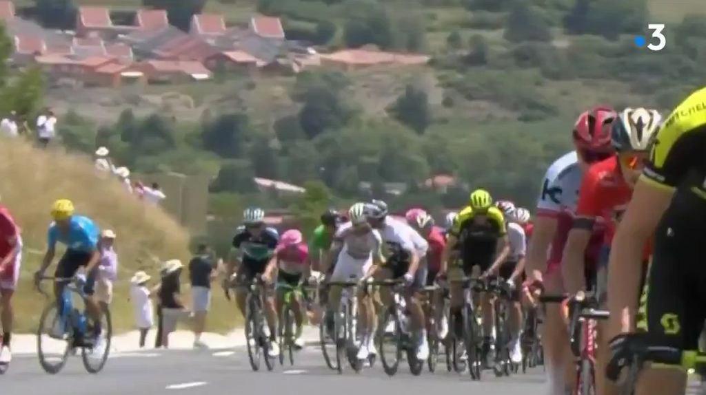 Gianni Moscon atakuje rywala podczas 15. etapu Tour de France