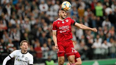 Legia Warszawa - Piast Gliwice 0:1. Główkuje Aleksandar Sedlar, z tyłu Kaspar Hamalainen