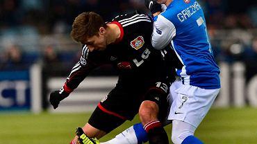 Antoine Griezmann z Sociedad walczy Jensem Hegelerem z Leverkusen. Bayer awansował do 1/8 finału