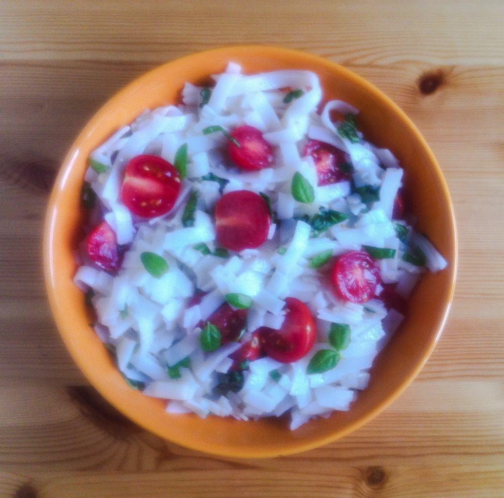 Makaron ryżowy z pomidorkami koktajlowymi