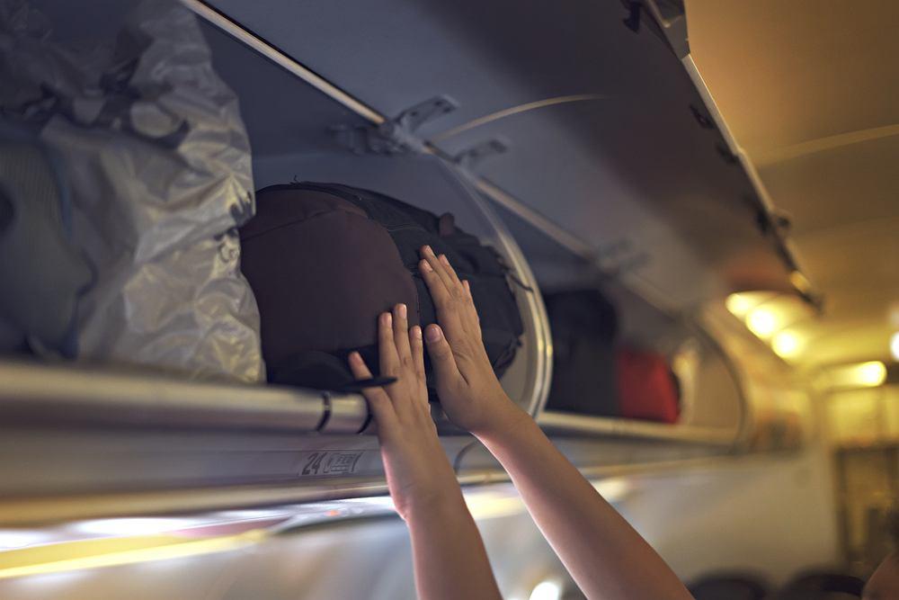 Na 80-letnią kobietę spadł w samolocie bagaż. Teraz dostanie odszkodowanie od Ryanaira za to, że doznała uszczerbku na zdrowiu