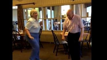 Burt i Carol tańczą w restauracji