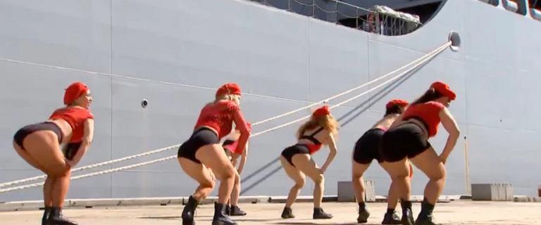 Tancerki twerkowały w czasie ceremonii. Publiczna telewizja specjalnie zmontowała materiał