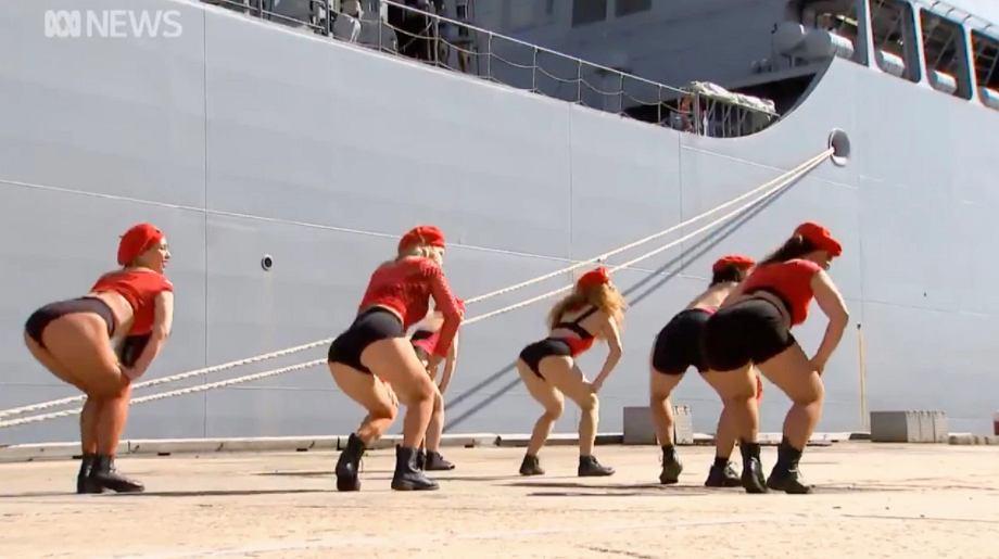 Oburzenie po występie twerkujących kobiet w czasie uroczystości wojskowej