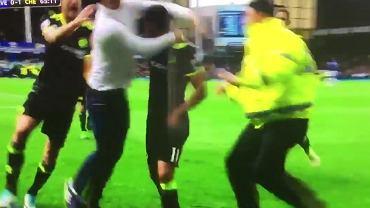 Pedro świętuje z kibicem zdobycie bramki w meczu Chelsea z Evertonem