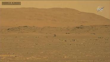Dron Ingenuity podczas pierwszego w historii lotu na Marsa