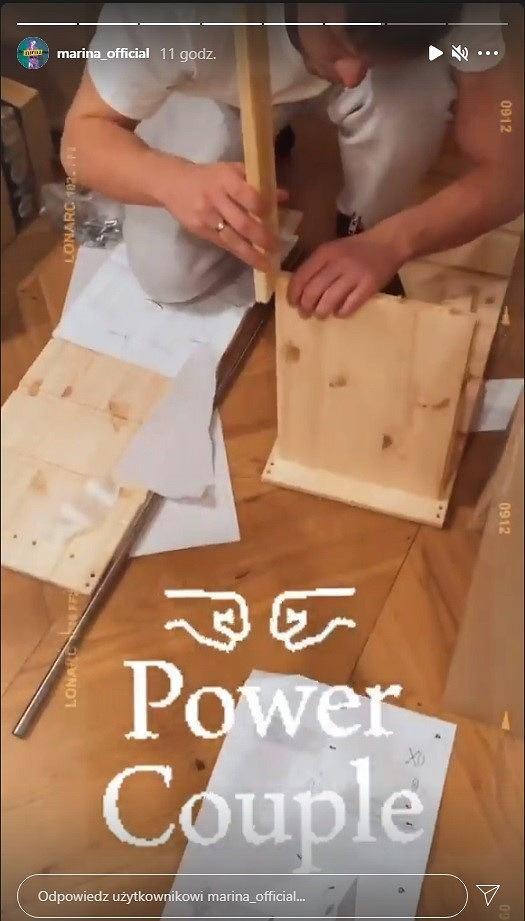 Marina i Wojciech Szczęsny montują meble z sieciówki