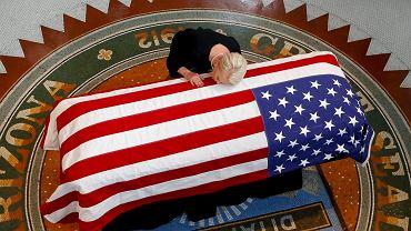 Cindy McCain, wdowa po senatorze, przy jego trumnie w Arizona Capitol w Phoenix, 29 sierpnia