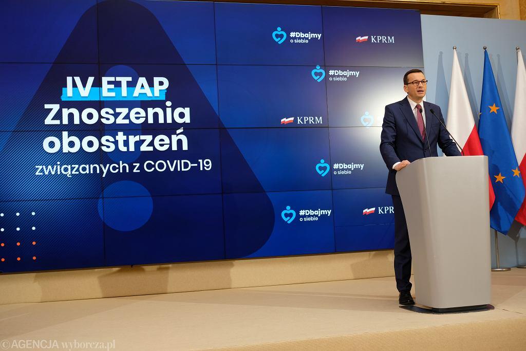 Decyzja w sprawie maseczek. Konferencja prasowa Morawieckiego, Szumowskiego i Glinskiego w KPRM