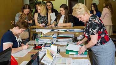 Szkolny sekretariat w ostatnim dniu nauki w Zespole Szkół Technicznych w Tarnowie. Koniec roku to dla nauczycieli ogromna ilość dokumentów do wypełnienia