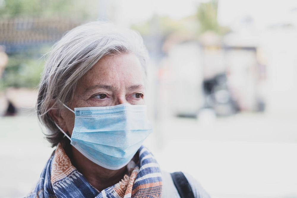 Nie samo zetknięcie z wirusem jest kluczowe, lecz jego dawka. Eksperci zalecają unikanie zgromadzeń, używanie masek