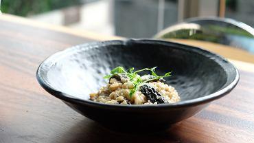 Kremowe risotto ze smardzami faszerowanymi mięsem perliczki