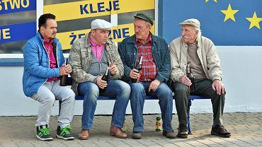 """Ławeczkowy kwartet serialu """"Ranczo"""". Od lewej: Patryk Pietrek (Piotr Pręgowski), Hadziuk Tadeusz (Bogdan Kalus), Maciej Solejuk (Sylwester Maciejewski), Stach Japycz (Franciszek Pieczka)"""
