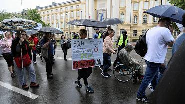 23.05.2019, Warszawa, manifestacja osób niepełnosprawnych i rodziców osób niepełnosprawnych pod Kancelarią Prezesa Rady Ministrów.