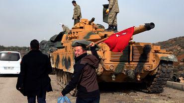Cywil z turecką flagą w dłoniach przybył ze 'wsparciem' dla żołnierzy stacjonujących tuż przy granicy z Syrią. Okolice Sugedigi, 22 stycznia 2018 r.