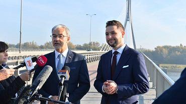 Minister Jerzy Kwieciński na konferencji z Patrykiem Jakim, na której obiecywał mosty dla Warszawy, ale nie odpowiedział wprost, czy także Warszawa rządzona przez Trzaskowskiego może na nie liczyć