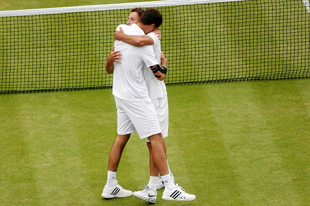 Jerzy Janowicz of Poland (L) embraces Lukasz Kubot of Poland after defeating him in their men's quarter-final tennis match at the Wimbledon Tennis Championships, in London July 3, 2013.     REUTERS/Suzanne Plunkett (BRITAIN  - Tags: SPORT TENNIS)   SLOWA KLUCZOWE: :rel:d:bm:LR2E9731CTOG4