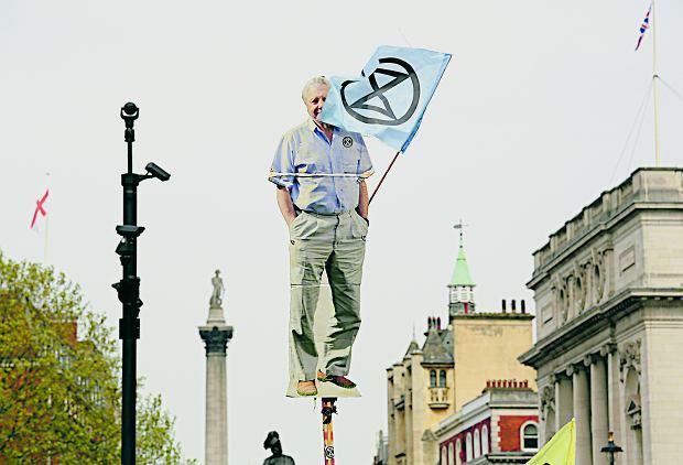 Protest klimatyczny w Londynie. David Attenborough wycięty z tektury