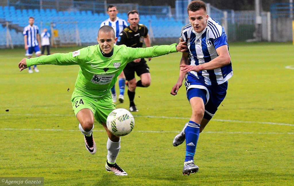 Arkadiusz Reca (z prawej) zdobył jedynego gola dla Wisły w Chojnicach