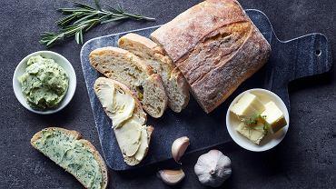 Jak zrobić masło czosnkowe? Przepis na ten pyszny dodatek jest banalnie prosty. Zdjęcie ilustracyjne