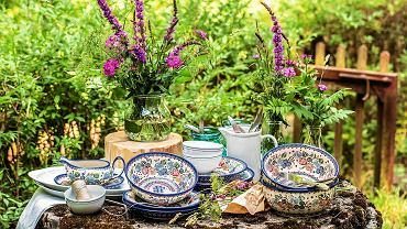<B>Ceramika z Bolesławca przeszła kurację odmładzającą. Naczynia mają teraz nowe kształty, kolory i wzory. Naszym zdaniem kropki, kółka i motywy roślinne w żółci, czerwieni i oranżu wciąż mają to 'coś', za co kochamy Bolesławiec od lat.</B> <BR />  WZORNICTWO. Flora, czyli Koku. Każdy zestaw nosi 'podpisy' swoich twórców, widoczne w formowaniu i sposobie malowania oraz wzorach. Annę Szeremetę zdecydowanie zainspirowała flora. Od 112 zł ceramika-design.com.pl