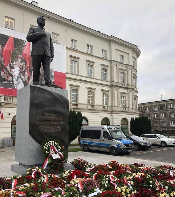 z24191900IH,Pomnik-Lecha-Kaczynskiego-i-policyjny-radiowoz.jpg