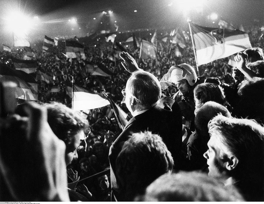 Kanclerz Helmut Kohl podczas oficjalnej ceremonii zjednoczenia Niemiec w nocy z 2 na 3 października 1991 w Berlinie.