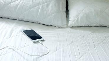 Ładujesz telefon albo tablet na łóżku? To błąd, który może cię kosztować zdrowie, a nawet życie