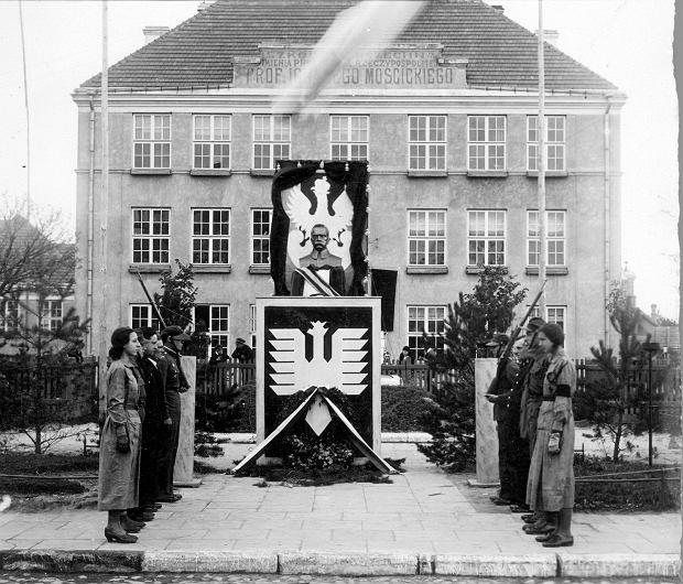 1. Uroczystości pogrzebowe po śmierci Józefa Piłsudskiego w maju 1935 r. Warta honorowa zaciągnięta przed szkołą w Kowlu.