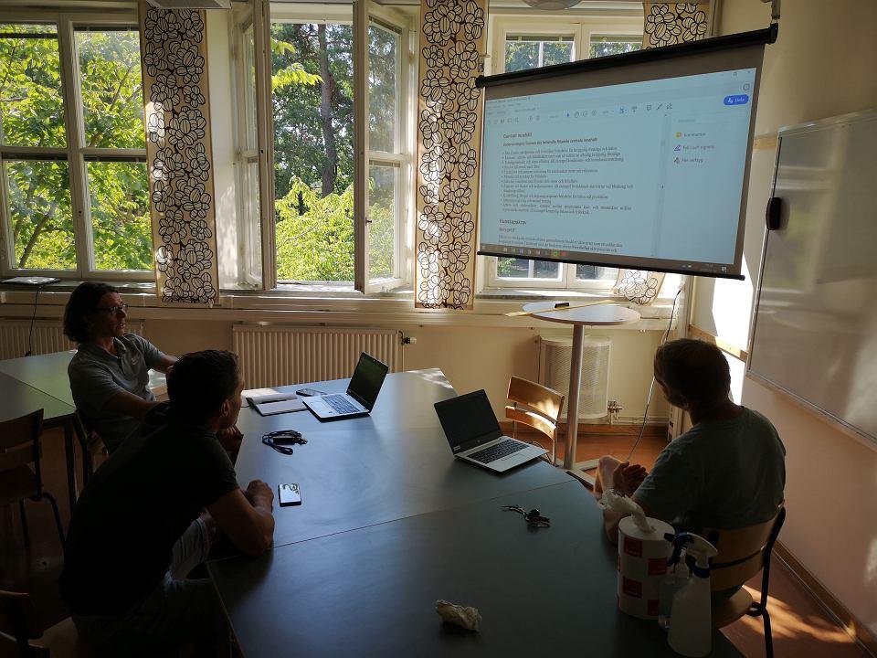 Nauczyciele podczas spotkania w szwedzkim liceum sportowym Solna Gymnasium w Sztokholmie
