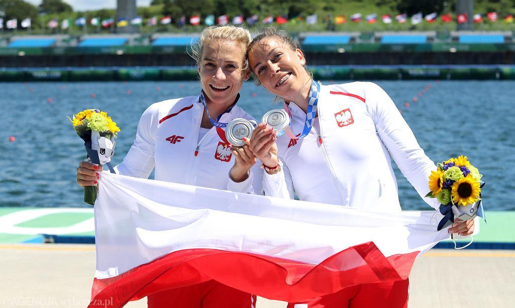 Karolina Naja (z lewej) oraz Anna Puławska ze srebrnymi medalami Igrzysk Olimpijskich w Tokio