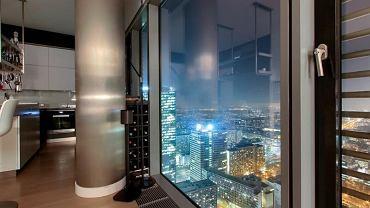 Wspaniała panorama Warszawy z apartamentu znajdującym się na 41. piętrze w budynku Cosmopolitan