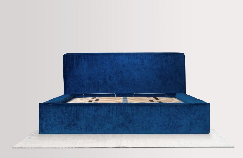 Welurowe łóżko tapicerowane Bjork z pojemnikiem na pościel.