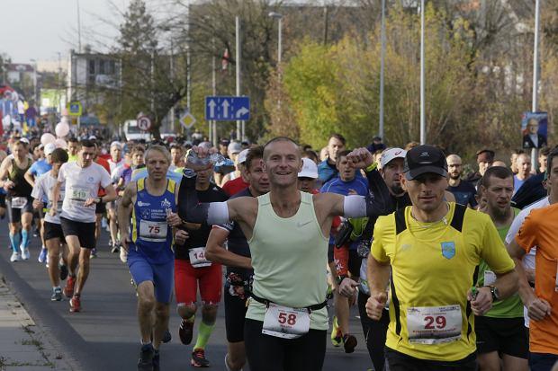 Zdjęcie numer 38 w galerii - Ponad 1200 biegaczy na starcie 37. Toruń Maraton, wygrał Łukasz Oskierko [ZDJĘCIA]