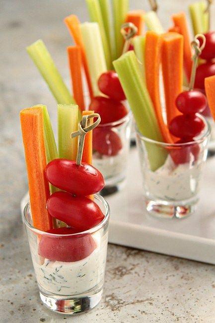 Warzywa z dipem to klasyk wśród przekąsek imprezowych/